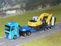MAN TGX XXL Schwertransport New Holland Raupenbagger